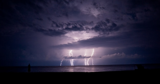 Tempesta di tuoni e fulmini nel mare. un fulmine.