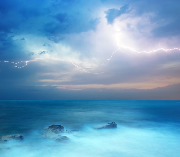Tempesta sul mare