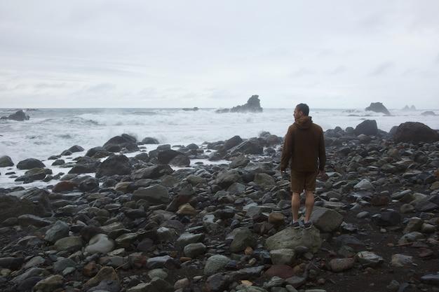 Tempesta sulla spiaggia selvaggia
