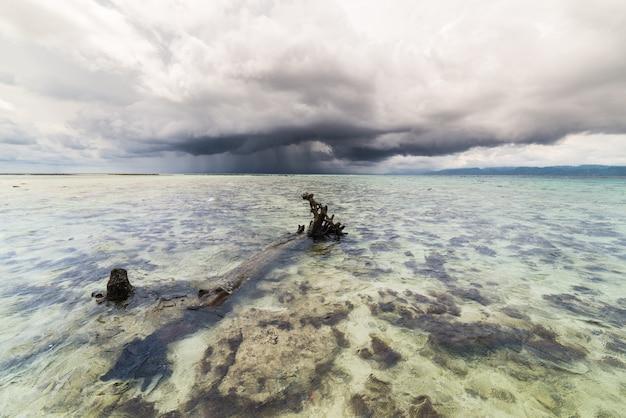 Tempesta tropicale sopra il mare trasparente sulawesi indonesia