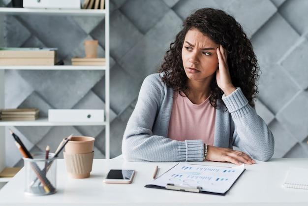 Tempiale commovente degli impiegati etnici di donna nel luogo di lavoro