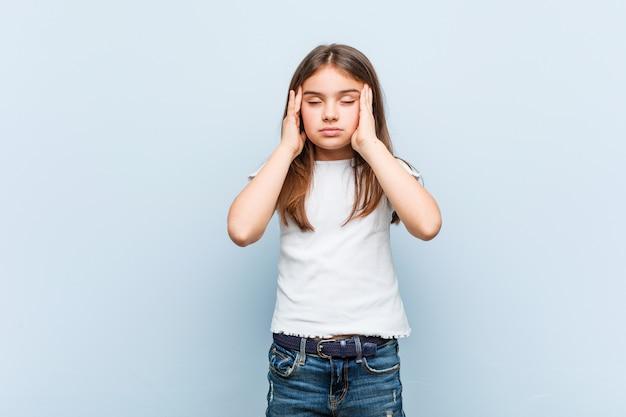 Tempie commoventi della ragazza sveglia e avere mal di testa.