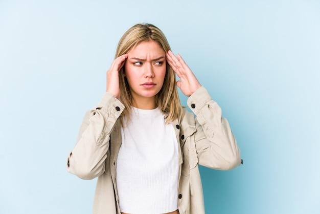 Tempie commoventi isolate giovane donna caucasica bionda e avere mal di testa.