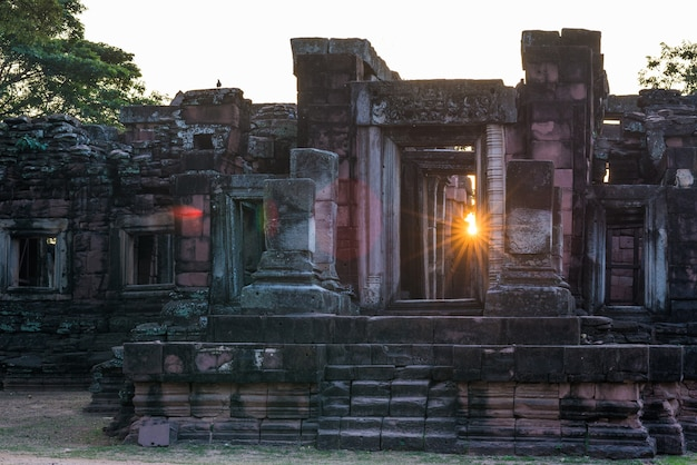 Tempie di stile di angkor e rovine khmer antiche a phimai, tailandia. stella del sole dello sprazzo di sole della retroilluminazione.