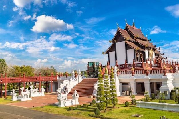 Tempio al parco reale di ratchaphruek in chiang mai, tailandia