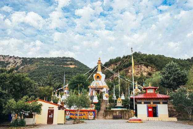 Tempio buddista dag shang kagyu nel huesca aragon spagna di panillo