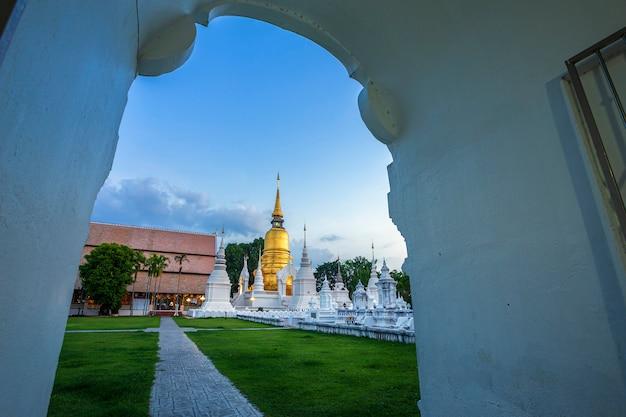 Tempio buddista in una città tailandese