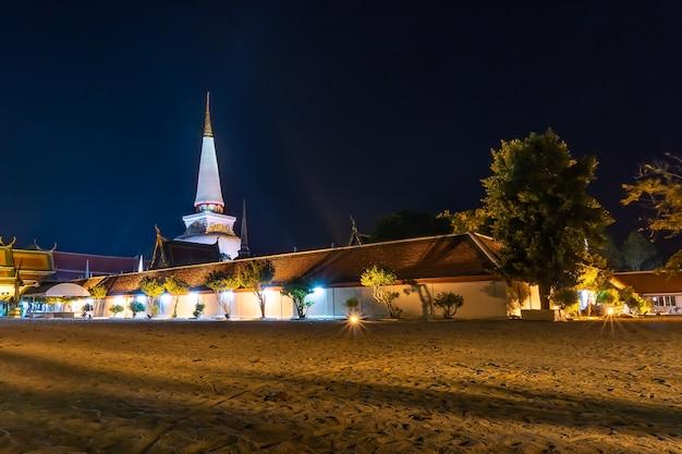 Tempio con pagoda nel cielo notturno, pubblico in thailandia