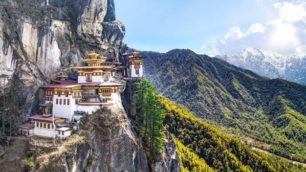 Tempio del nido della tigre in bhutan sull'alta montagna della scogliera con il cielo di paro valle