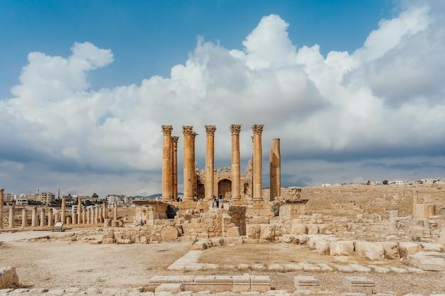 Tempio di artemide nell'antica città romana di gerasa, giorno di preselezione jerash, giordania