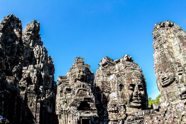 Tempio di bayon e volti di pietra a angkor thom