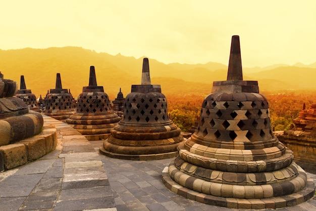 Tempio di borobudur al tramonto. antichi stupa del tempio di borobudur.