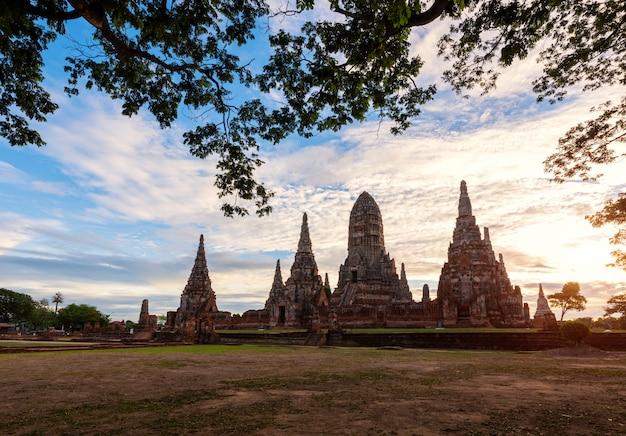 Tempio di chaiwattanaram nel parco storico di ayutthaya con alba