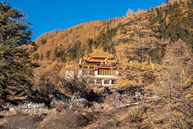 Tempio di chonggu sulla riserva naturale di yading
