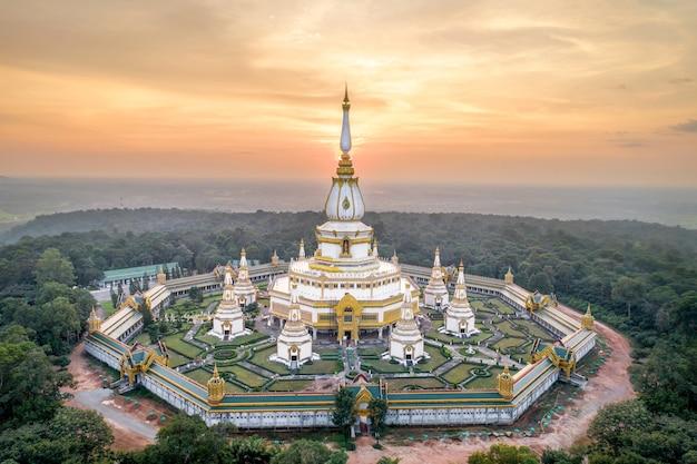 Tempio di phra maha chedi chai mongkol, tempio pubblico e famoso, roi et thailand