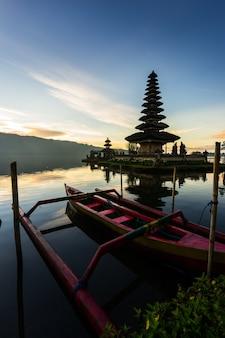 Tempio di pura ulun danu bratan nell'isola di bali. tempio indù in fiori sul lago beratan. asia