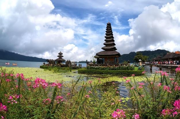 Tempio di pura ulun danu bratan. uno dei posti famosi a bali in indonesia