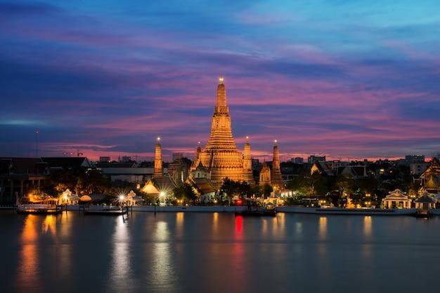 Tempio di wat arun e chao phraya river alla notte a bangkok, tailandia