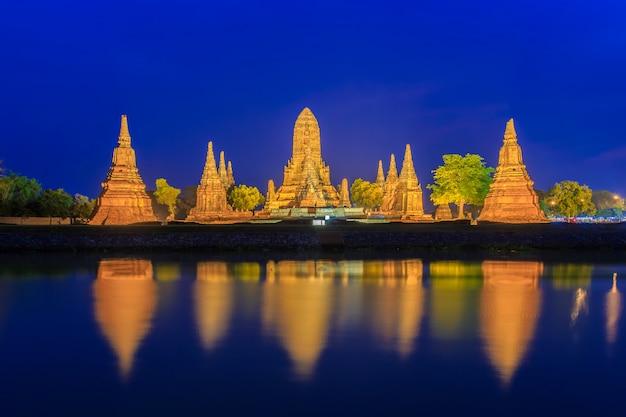 Tempio di wat chaiwatthanaram su penombra a ayutthaya, tailandia
