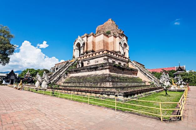 Tempio di wat chedi luang in chiang mai in tailandia