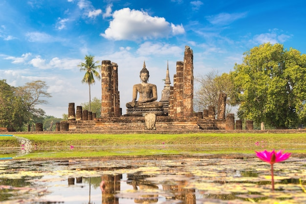Tempio di wat mahathat nel parco storico di sukhothai, thailandia