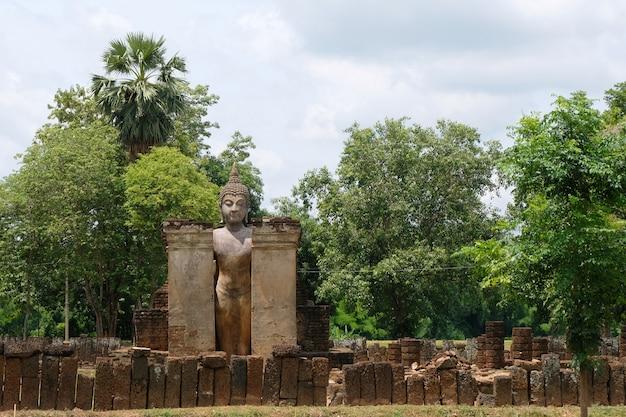 Tempio di wat phra si rattana maha that, si satchanalai presso il parco storico di sukhothai