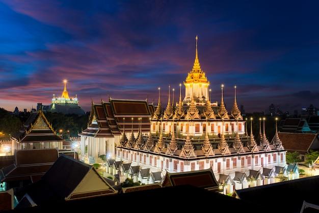 Tempio di wat ratchanatdaram e castello del metallo a bangkok, tailandia