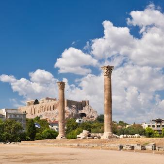 Tempio di zeus con acropoli ad atene, in grecia