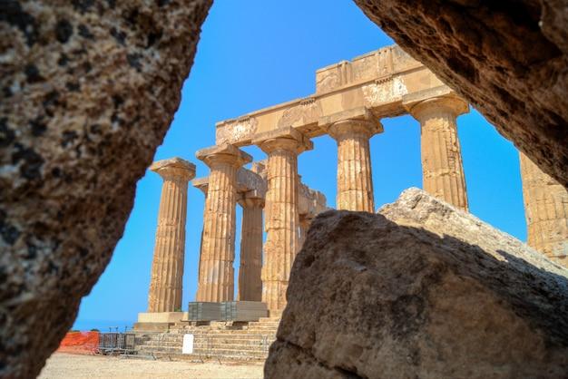 Tempio e a selinunte in sicilia incorniciato sulle rovine