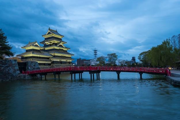Tempio giapponese in un paesaggio naturale