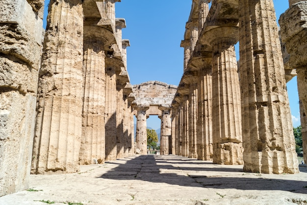 Tempio greco classico alle rovine della città antica paestum, italia