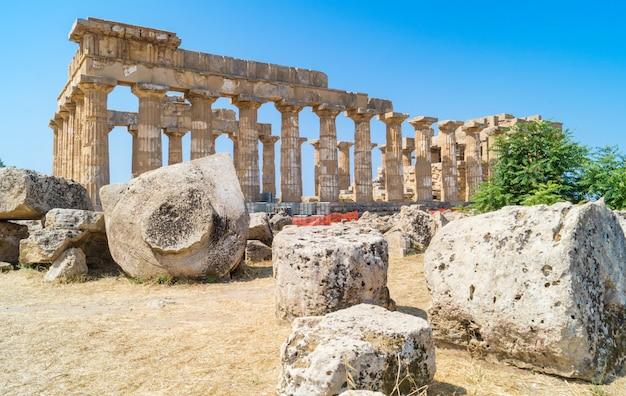 Tempio rovinato nella città antica di selinunte, sicilia, italia