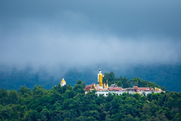 Tempio thailandese in montagna