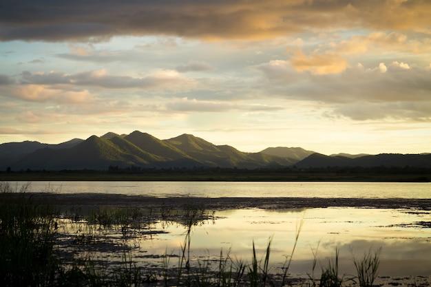 Tempo crepuscolare sul lago e sulla montagna