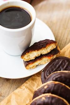 Tempo del caffè con la tazza e i biscotti di caffè