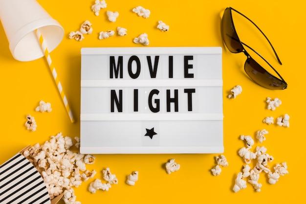 Tempo di cinema con popcorn e succo di frutta