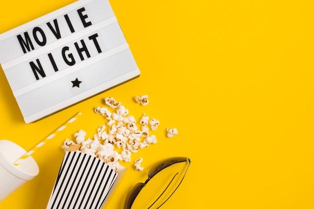 Tempo di cinema con popcorn
