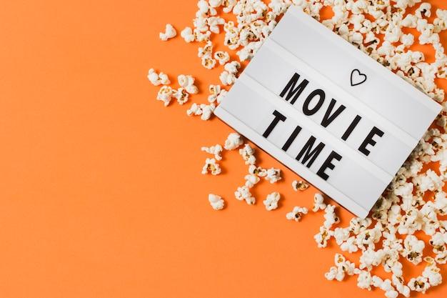 Tempo di film copia-spazio con popcorn