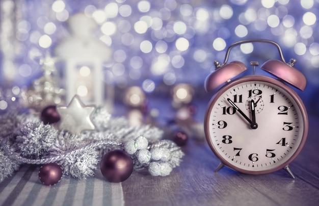 Tempo di natale con orologio e decorazione