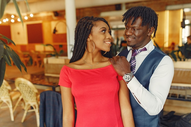 Tempo di spanding delle coppie nere alla moda in un caffè