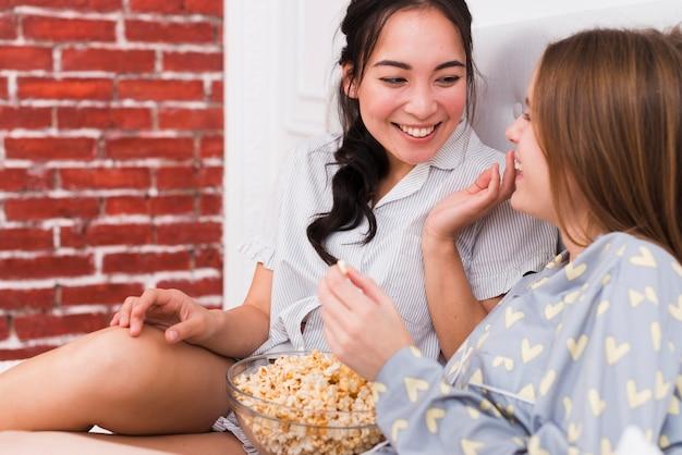 Tempo di storia con popcorn a casa