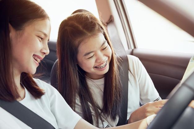 Tempo di vacanze e viaggi, belle giovani donne allegre viaggiano insieme per un relax h