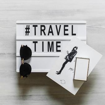 Tempo e testo di viaggio con schizzo femminile e occhiali da vista