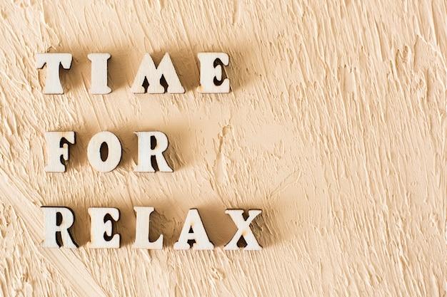 Tempo per rilassarsi testo da lettere di legno