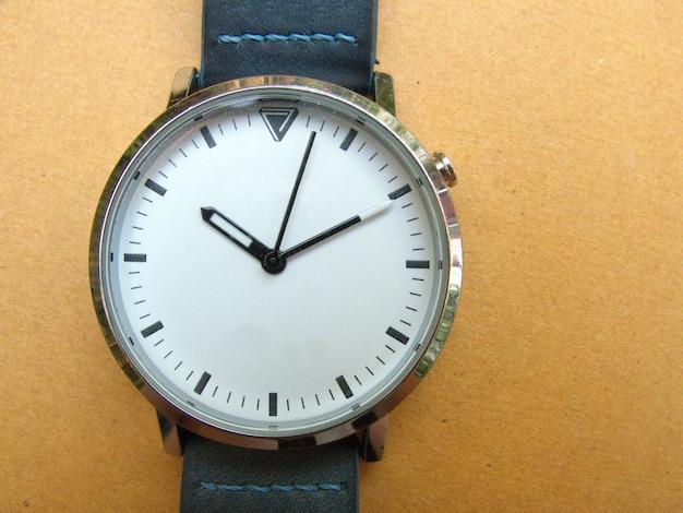 Tempo su un orologio bianco