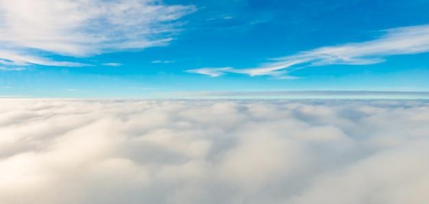 Tempo vista dall'alto cielo bianco