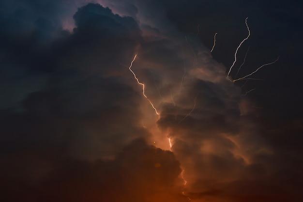 Temporale con fulmini molteplici forche di fulmine perforano il cielo notturno