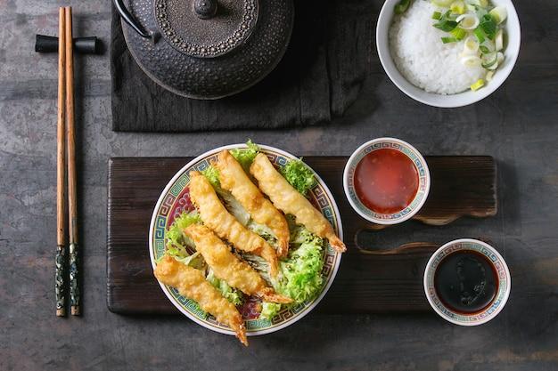 Tempura di gamberi fritti con salse