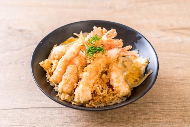 Tempura di gamberi fritti sulla ciotola di riso sormontato
