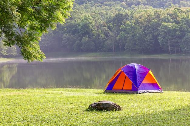 Tenda a cupola campeggio sul lato del lago